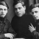 Слева направо Борис Магнезин, Михаил Хазанов, Марк Лисянский. Москва. 1931 год.Фото из книги Б.Арова Чистые струны Марка Лисянского
