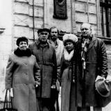 В. Бойченко, Э. Январьов, А. Вербець та Г. Костюк бiля дошки Т. Шевченка